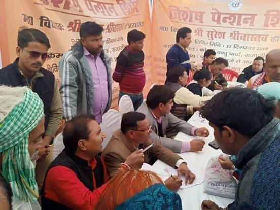 """राजाजीपुरम परिक्षेत्र के अंतर्गत समाज कल्याण विभाग द्वारा कोठारी बंधु चौराहे पर """"पेंशन शिविर"""" का आयो"""