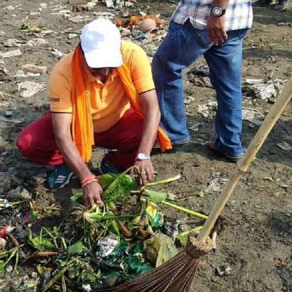 24 जूनलखनऊप्रदेश सरकार के स्वच्छ भारत अभियान के अंतर्गत गोमती नदी के तटों की सफाई का बीड़