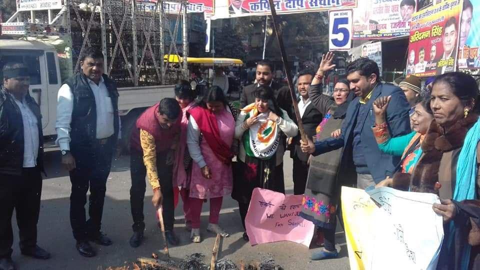 आगरा के थाना मलपुरा क्षेत्र के अंतर्गत दिनदहाड़े जलाई गयी छात्रा संजली के विरोध में कानपुर महिला कांग